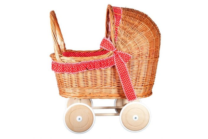 Poppenwagen riet, inclusief dekje en bekleding rood met witte stippen.