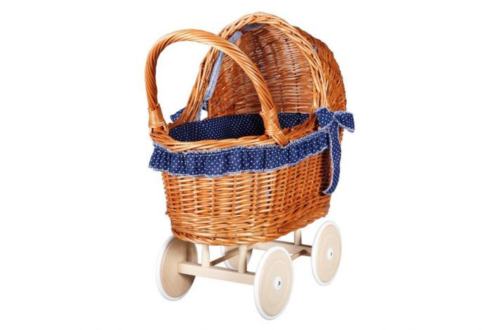 Poppenwagen riet, inclusief dekje en bekleding blauw met witte stippen.